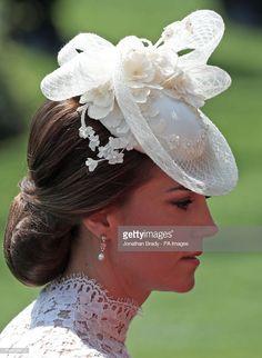 Kate, die Herzogin von Cambridge, am ersten Tag von Royal Ascot in . Kate Middleton Hats, Estilo Kate Middleton, Kate Middleton Style, Millinery Hats, Fascinator Hats, Fascinators, White Fascinator, Headpieces, Duchess Kate