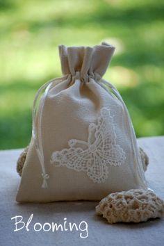 Μπομπονιερες γαμου βαπτισης πουγκι λινο δαντελα πεταλουδα
