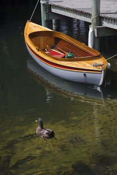I love this boat. I'd love to have it down at the pond for fishing days. Old Boats, Small Boats, Course Vintage, Wooden Sailboat, Kayaks, Classic Wooden Boats, Wooden Boat Building, Vintage Boats, Boat Stuff