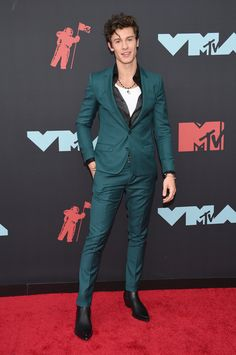 See the hottest looks from the 2019 MTV Video Music Awards red carpet—from Taylor Swift in Versace to Lizzo in Moschino. Shawn Mendes Sin Camisa, Shane Mendes, Celebrity Dresses, Celebrity Style, Taylor Swift, Mtv Video Music Award, Music Awards, Mtv Videos, Black Lingerie