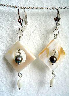 Moderner Schmuck: Ohrringe mit Perlmutt-Quadraten und -perle sowie einer schwarzen Süßwasser-Perle. Die Metallteile sind nickelfrei versilbert. Preis: 7,00 EUR