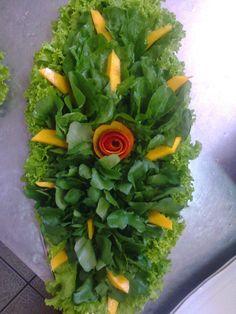 Salada de couve flor a cenoura a rosa é feita com cenoura cozida,as folhas salsinha .Adicionar legenda Salada de chuchu com brócolis... Vegetable Decoration, Food Decoration, Veggie Tray, Vegetable Salad, Cute Food, Yummy Food, Appetizer Recipes, Appetizers, Crudite