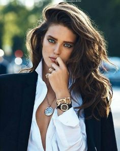 """Sofiaz Choice (via Street Chic) Emily DiDonato in """"La Couleur de L'Or"""" by Lachlan Bailey for Vogue Paris, September 2013 LOve her hair! Emily Didonato, Beauty And Fashion, Fashion Hair, Beauty Style, Classic Beauty, Classic Style, Corte Y Color, Tips Belleza, Looks Style"""