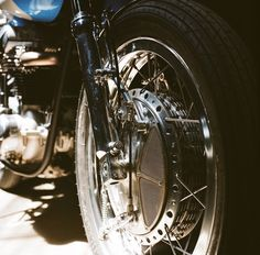 "Revival Cycles Bean - Kawasaki W650 : Yamaha R6s forks and Yamaha TZ 4-leading-shoe drum brake set in alloy shouldered 19"" wheels."