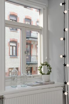 Decorate with a light garland. Dream Apartment, Apartment Living, Light Garland, I Coming Home, Piece A Vivre, Interior Decorating, Interior Design, Home And Deco, Small Living