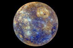 Les couleurs de la  première planète du système solaire,  qu'aucun humain ne pourrait voir de la sorte, sont nettement accentuées sur  cette image de  la sonde Messenger. Ces différences de couleur correspondent à des différences de composition minéralogique.  On remarque en haut à droite la vaste tache brune du bassin Caloris engendré par  l'impact précoce d'une comète ou d'un astéroïde. Ce très ancien cratère d'impact fut par la suite comblé de lave, selon le même processus qui fut à…