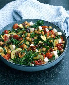 ★ GRØNKÅLSSALAT MED KIKÆRTER OG BAGTE TOMATER ★ •et par håndfulde frisk grønkål •1 squash •et par håndfulde cherry tomater •1/2 dåse kikærter •2 spsk soltørrede tomater •3 spsk fetaost •olie til at vende grøntsagerne i på panden •salt, peber og evt. andet krydderi (jeg brugte teriyaki)