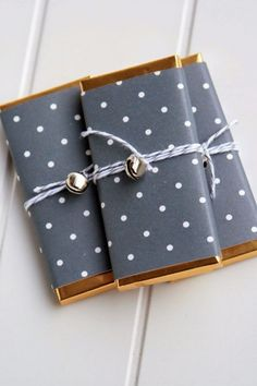 Chocolate wrapping paper for gifts Creative Gift Wrapping, Present Wrapping, Creative Gifts, Wrapping Ideas, Christmas Gift Wrapping, Christmas Diy, Craft Gifts, Diy Gifts, Chocolate Wrapping