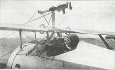 Montagem Moreau francesa escamoteável para uma Lewis sobre a asa de um Nieuport 17.