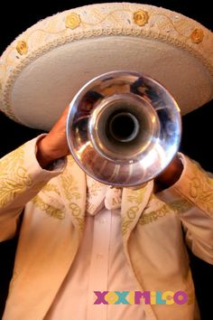 En un conjunto de Mariachis, por lo menos debe haber una guitarra, un violín y una trompeta. #UnaProbaditaDeMéxico
