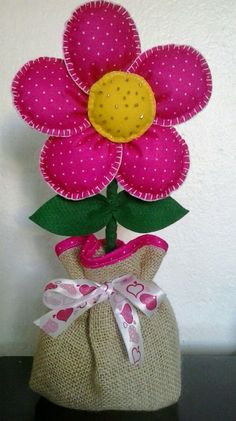 Peso de porta feito com garrafa pet Felt Crafts, Fabric Crafts, Diy And Crafts, Arts And Crafts, Felt Flowers, Fabric Flowers, Paper Flowers, Sewing Projects, Craft Projects