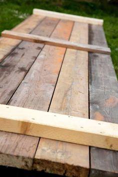 Bord og benker som gjør seg utmerket i hagen.