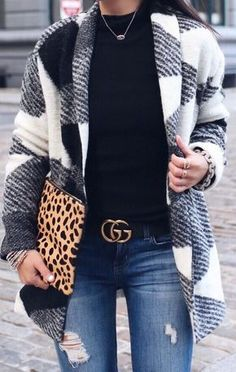 how to wear a plaid cardigan   black top + bag + rips Vestiti Moda Autunnali ee80634e3e2
