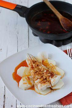 Pescado a la gallega hervir papas y pescado hacer salsa con  aceite ajo paparika  voila!