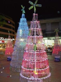 Paso a paso como hacer árbol de navidad con botellas plásticas para esta navidad Recycled Christmas Tree, Unusual Christmas Trees, Christmas Light Displays, Alternative Christmas Tree, Christmas Nativity, Holiday Tree, Outdoor Christmas, Christmas Balls, Xmas Tree