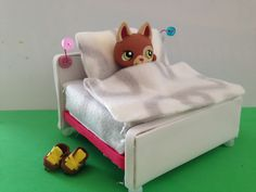 How to make a LPS Bed: LPS accessories accessories diy How to make a LPS Bed: LPS accessories Accessoires Lps, Lps Diy Accessories, Custom Lps, Lps Pets, Little Pet Shop, Lol Dolls, Barbie, Diy Doll, Craft Stick Crafts