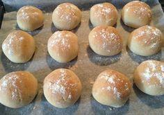 Küçük Yuvarlak Ekmek - Aslı Marengo #yemekmutfak.com Evde küçük yuvarlak ekmekler yapmak son derece kolay ve zevklidir. Özellikle hafta sonu kahvaltılarında yumuşak, ev yapımı taze ekmekleri ailece çok keyifle yiyeceksiniz. Üstelik bu küçük ekmekleri ekmek makinesi ile veya makine olmadan da yapabilirsiniz. Her iki seçeneğe göre tarif verilmektedir.