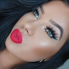 Amazing makeup look for summer - bronzed, highlighted skin, huge lashes and a bright, coral lip!