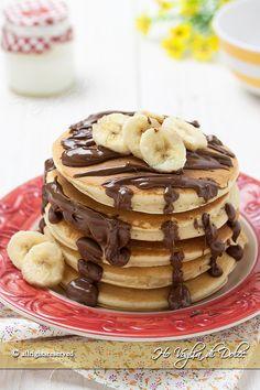 Pancakes banana e Nutella, frittella americane golosissime, perfette per la colazione. Ricetta facile e veloce per farli in casa, basterà solo una padella.