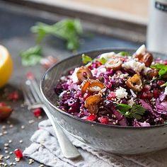 Knackig, cremig, fruchtig, herzhaft und süß zugleich – dieser Salat vereint alles in einer Schüssel. Datteln, Granatapfel, Rotkohl und Feta machen den lauwarmen Rotkohl zu einer bunten Salat-Kreation