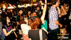 Silent Disco Party Leise disco rucksack disco mieten http://www.247disco.de / Telefon-Nr. 015739275975 Ob auf der nächsten Geburtstagsfeier, beim nächsten Straßenfest oder tatsächlich in der Disco könnte das Prinzip der Silent Disco den Abend unvergesslich machen.  Wollen sie mehr Informationen zur Silent Disco, dann schauen sie einfach mal auf http://www.247disco.de, dort finden sie neben Informationsmaterial auch gleich die Möglichkeit eine Silent Disco kostengünstig auszuleihen