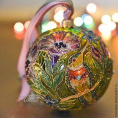 Коллекционный стеклянный елочный шар  `Зачарованный сад `. Витражная роспись
