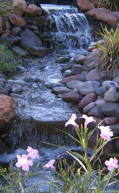 The Best Stone Waterfalls Backyard Ideas – Pool Landscape Ideas Backyard Water Feature, Ponds Backyard, Backyard Waterfalls, Backyard Stream, Garden Ponds, Pond Landscaping, Landscaping With Rocks, Landscaping Design, Back Gardens