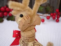 back of reindeer Wine Cork Art, Wine Cork Crafts, Wine Corks, Easy Crafts, Arts And Crafts, Paper Crafts, Cork Wreath, Cork Ornaments, Christmas Decorations