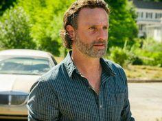 Rick procura por suprimentos em The Walking Dead - http://popseries.com.br/2016/11/22/the-walking-dead-7-temporada-swear/
