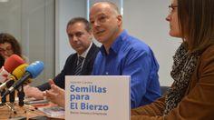 Carrera, en el centro, junto con los representantes de Abanca, que financia el proyecto. | D.M.