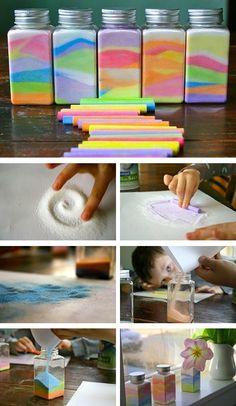 Разноцветные баночки 1. Насыпьте на чистый лист бумаги небольшое количество песка или соли (примерно 1/6 или 1/7 от общего объема сосуда). 2. Возьмите мел определенного цвета и разотрите им песок (соль). 3. Аккуратно пересыпьте получившийся цветной песок (соль) в стеклянный сосуд.