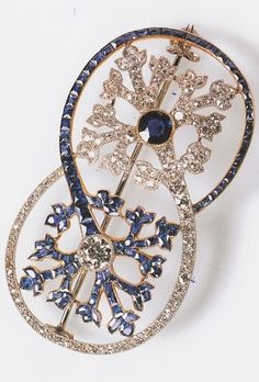 A Belle Époque Brooch, Cartier Paris, 1906. Diamonds set in platinum and sapphires set in gold. Interlaced circles with a foliate motif in each, one in diamonds with a central sapphire, the other in sapphires with a central diamond. Image source: Cartier #Cartier #BelleEpoque #brooch