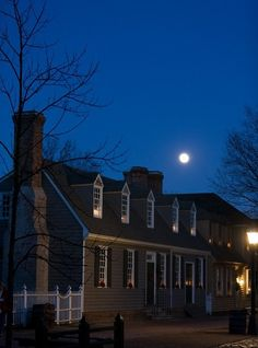 My brother's house, for a few years, while he worked as a gunsmith. Christmas season at dusk with a full moon in Colonial Williamsburg's Historic Area. Williamsburg, Virginia Photo by David M. Colonial Williamsburg Va, Williamsburg Christmas, Williamsburg Virginia, Colonial America, Historic Homes, Oh The Places You'll Go, Beautiful Homes, Full Moon, Dusk