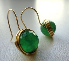 Cute and simple wire wrapped earrings. Green Earrings, Beaded Earrings, Earrings Handmade, Beaded Jewelry, Handmade Jewelry, Gemstone Earrings, Diy Schmuck, Schmuck Design, Bijoux Fil Aluminium