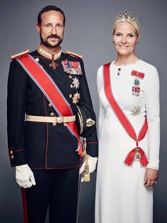New official portraits of the Norwegian Royal Family in occasion of King Harald V's 25th anniversary of his enthronment: the King and Queen of Norway