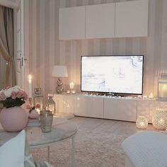Meubles télé blanc, tapis beige et divers lanternes lumineuses. Living Room White, White Rooms, Cozy Living, Home And Living, Living Room Decor, Bedroom Decor, Interior Styling, Interior Design, Home Room Design