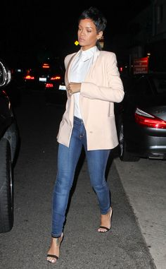 Who doesn't love a good blazer & jeans combo? Rihanna was spotted in Cali wearing a pink Stella McCartney blazer, button-up blouse, skinny jeans and Chaos sandals by Manolo Blahnik. Rosa Blazer, Rosa Pullover, Rihanna Street Style, Looks Rihanna, Fashion News, Girl Fashion, Ladies Fashion, Rihanna Outfits, Rihanna Fashion