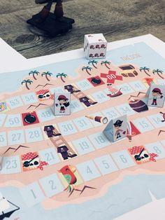 A l'abordage ! Voici un jeu de plateau à imprimer sur le thème des pirates ! Le but du jeu est simple : être le ou la première pirate à atteindre le coffre au trésor situé tout au bout d'un parcours semé d'embûches et de surprises.
