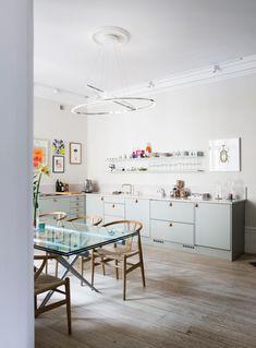 Eklektiskt och färgstarkt i Stockholm   ELLE Residential Design, Scandivanian Design, Rustic Living Room, Furniture, Residential Interior, Home Remodeling, Interior, Living Room Decor Rustic, Home Deco