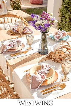 Ihr liebt Euer Zuhause und verwöhnt Euch und Eure Familie oder Freunde gerne mit köstlichen Leckereien?  Stilvolle Accessoires rund um den gedeckten Tisch schaffen eine gute Grundlage für gemütliche Abende in geselliger Runde. Als guter Gastgeber solltet Ihr auf jeden Fall unsere Kategorie Tisch & Bar auf WestwingNow nicht aus den Augen lassen! // Interior Inspo Möbel Dekoration Wohnideen Home Einrichten #westwing #mywestwingstyle #tischdeko #tableware #tafel #brunch #dinner #sommer