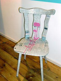 ein alter Stuhl, beklebt mit einer Chinesischen Tageszeitung