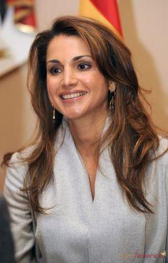 ♔♛Queen Rania of Jordan♔♛. Jackie Kennedy, Grace Kelly, Jordan Royal Family, King Abdullah, Queen Rania, World Most Beautiful Woman, Beautiful Blouses, Royal Fashion, Classy Women