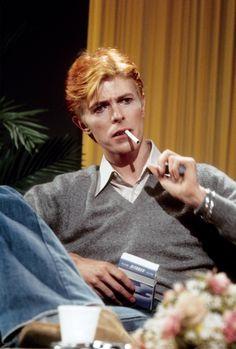 """Colecciones: """"David Bowie, fumant une Gitane, est interviewé sur« Good Morning America »en 1976, Los Angeles, Californie.  Photo par Michael Ochs.  """""""