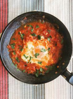 Shakshouka, ou seja ovo frito no molho de tomate.