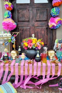 Halloween is upon us and what better way to celebrate than with a fabulous Day of the Dead party?! With its vibrant colors, florals, skulls, and gold.