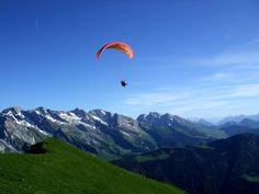 Parapente dans les Aravis © Savoie Mont Blanc / Ramus