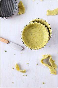 Pâte sablée à la pistache 200 g de farine 50 g de pistaches vertes émondées et non salées 40 g de sucre glace (à ne pas mettre pour une pâte salée) 100 g de beurre en dés 1 oeuf
