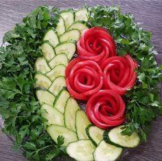 Best 12 La formalización de los cortes a la mesa de Año Nuevo. Fruit Salad Decoration, Vegetable Decoration, Food Decoration, Veggie Platters, Veggie Tray, Creative Food Art, Food Carving, Vegetable Carving, Food Garnishes