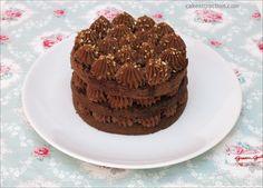 Tarta rápida de mousse de chocolate. Está muy buena y es facilísima de hacer. Lleva un sencillo bizcocho de chocolate y una trufa casera a base de chocolate y nata.