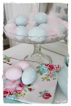 Æggene er malet med farveprøver og prikkerne er tegnet med en tyk Uni Posca lakpen fra Panduro, derefter har den fået en gang Royal Mat decoupagelak fra Panduro